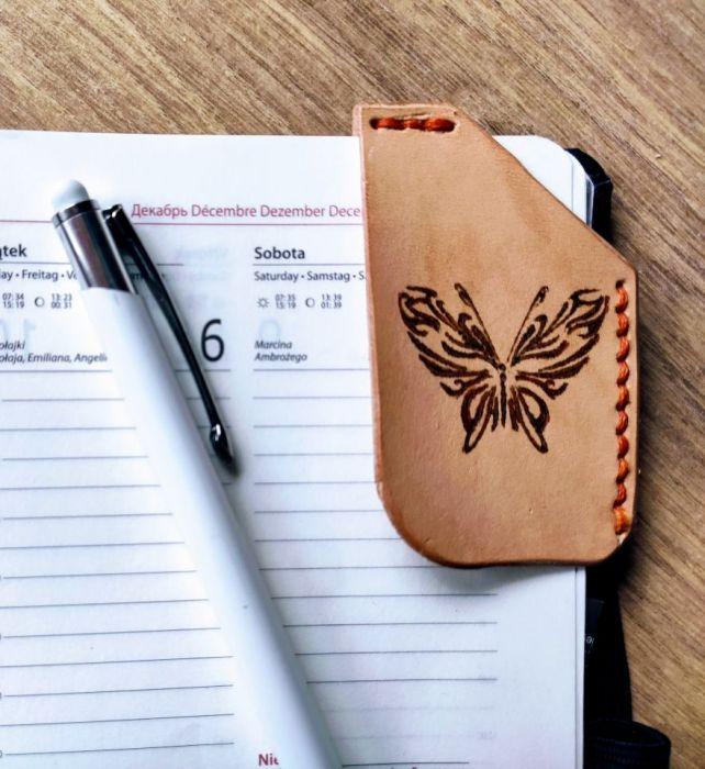 Skórzana zakładka narożnikowa z motylem