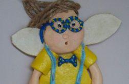 Anioł Aniołek chłopiec w okularach masy solnej