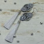 Długie kolczyki chwosty w odcieniach szarości