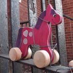 Drewniany konik do ciągania, różowy +