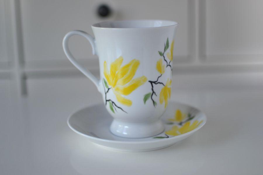 """Filiżanka malowana 300 ml ze spodkiem ,,Żółta magnolia"""" - z przodu"""