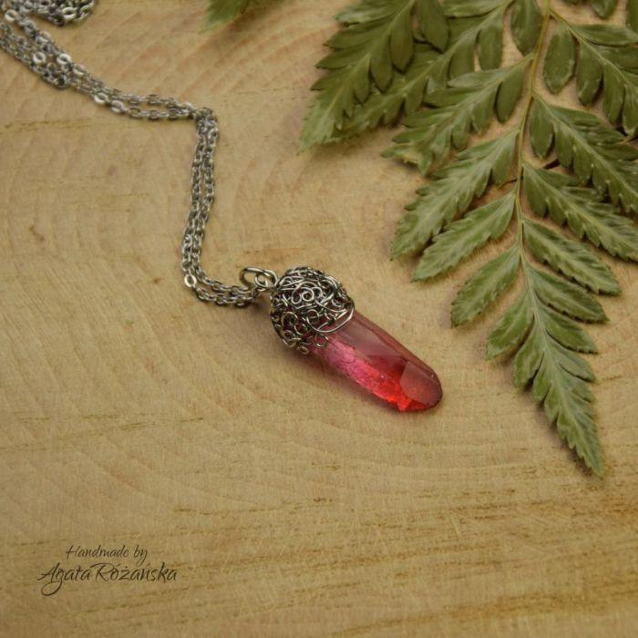 Wisiorek talizman różowo czerwony kryształ górski surowy