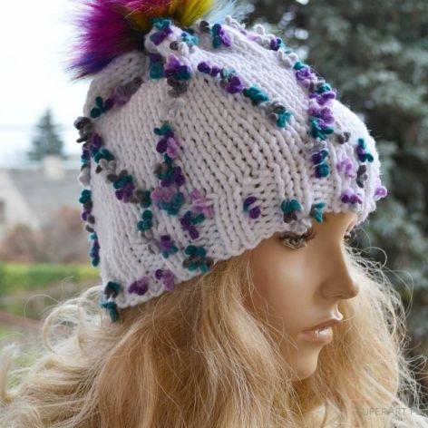 Biała czapka z purpurowymi kwiatkami