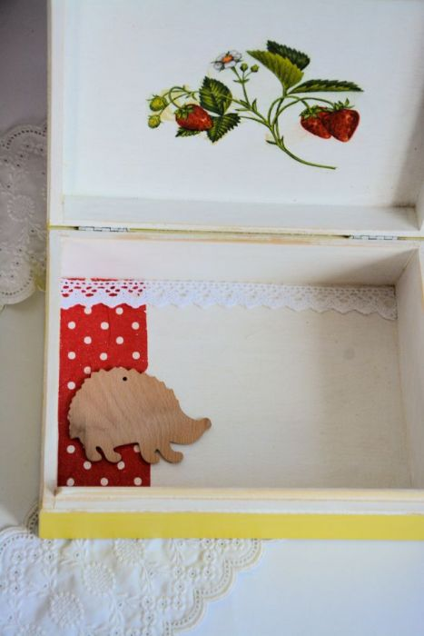 Duże pudełko drewniane w truskawki ( folk )