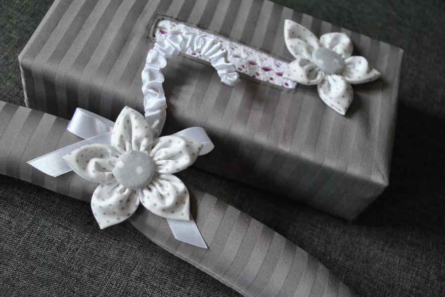 Komplet z białym kwiatem - chustecznik i wieszak