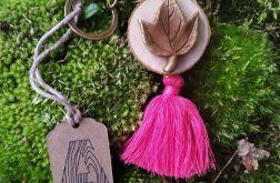 Breloczek drewniany rustykalny liść różowy