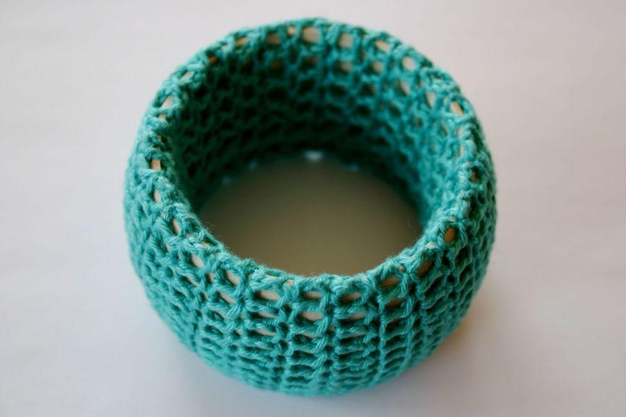 AAB: Drewniana bransoletka w szydełkowym ubranku