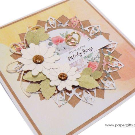 Kartka ślubna białe kwiaty na jasnożółtym tle