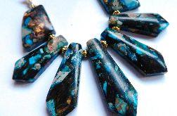 Niebieski jaspis z bornitem, kolia w złocie