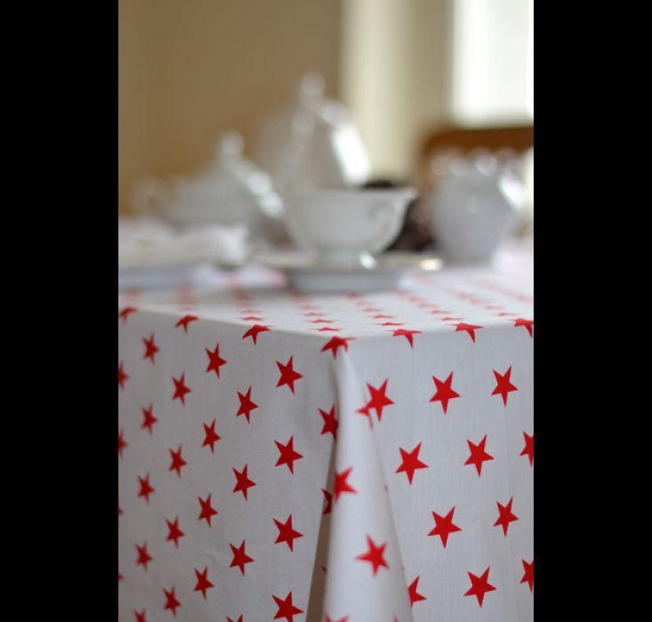 Obrus biały w czerwone gwiazdki