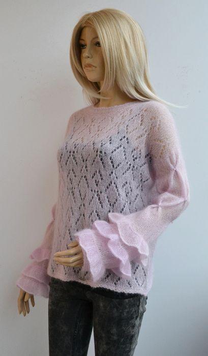 Sweterek w pudrowym różu z ozdobnymi rękawami