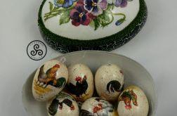 Zestaw 6 jajek z motywem kur w dużym jajku.