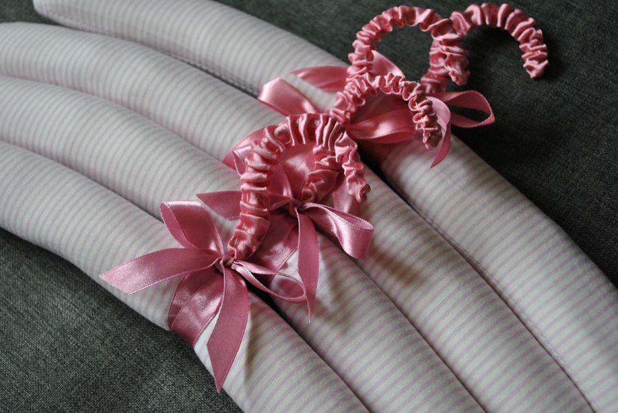 Biały romantyczny wieszak ubraniowy