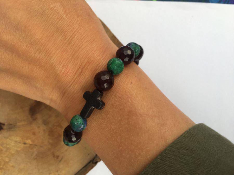 Bransoletka Halloween jadeity krzyż howlit - w użyciu