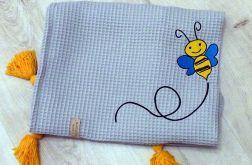 Wafelkowy kocyk z chwostami i haftem - pszczółka