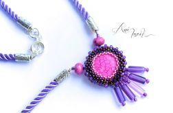 Naszyjnik w odcieniach fioletu i różu.
