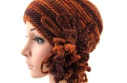 czapka w rudościach z ozdobą