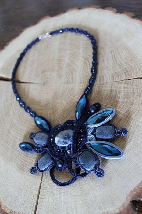 naszyjnik z niebieskim koralem