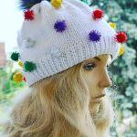 Biała czapka z pomponikami