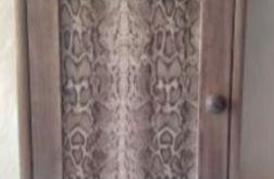 szafka na klucze z wężową skórą