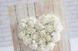 Białe róże, serce, drewno