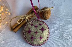 Dekoracja świąteczna z filcu z ozdobnym haftem - wzór 004