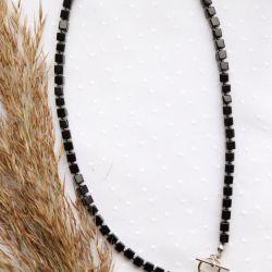 Naszyjnik z czarnymi szklanymi kostkami