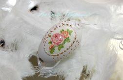 Pisanka ażurowa z różą