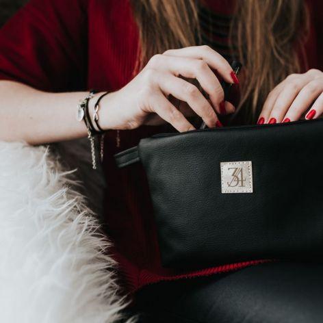 Mała, czarna kosmetyczka do torebki.