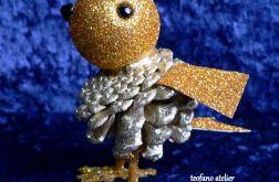 Ptaszek złoty z szyszki