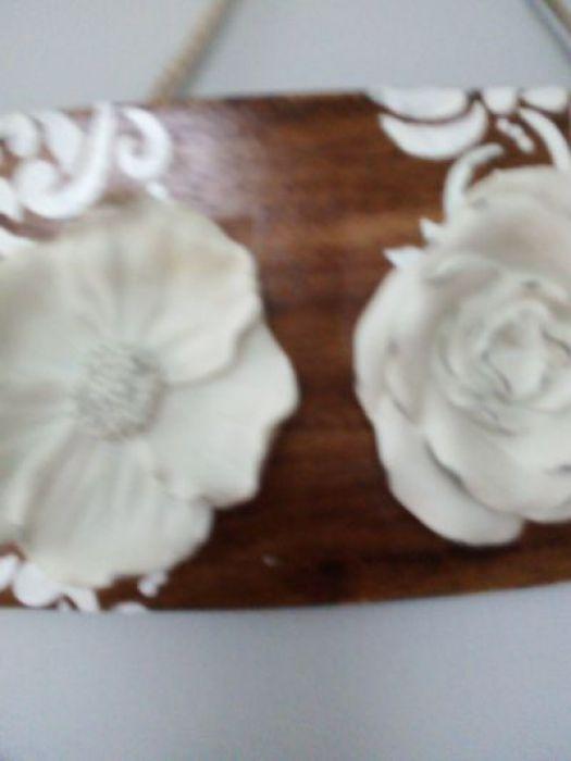 Ceramiczne kwiaty na deseczce - jedna ze stron