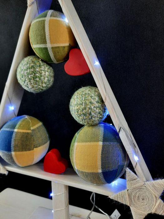 Mała drewniana choinka z sercami LED -