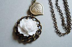 Naszyjnik z białą różyczką