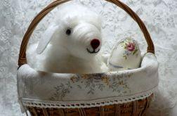 Koszyk z owieczką i jajkami w tkaninie