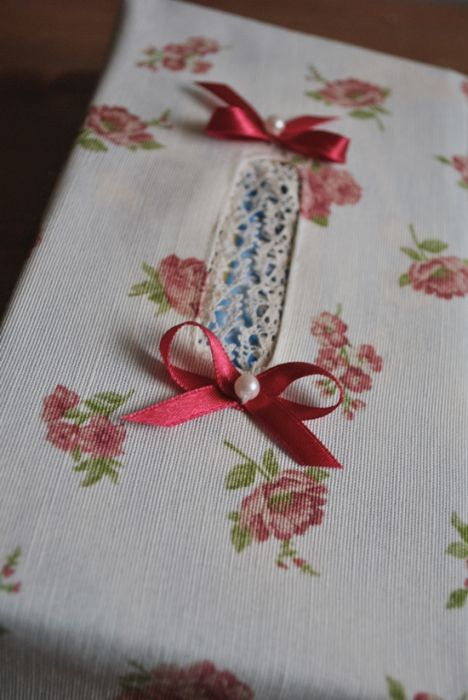 Etui na chusteczki higieniczne w drobniutkie różyczki