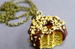 Donut z czekoladową polewą i orzechami
