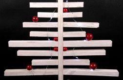 Choinka drewniana z czerwonymi kukami LED