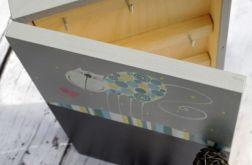 szare pudełko na klucze z tablicą kotek