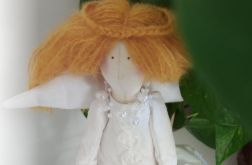 Anielica w blond włosach