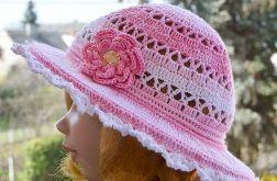 Różowy z białym kapelusz na lato