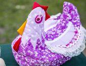 wielkanocna kura-koszyk na jajka, dekoracja stołu