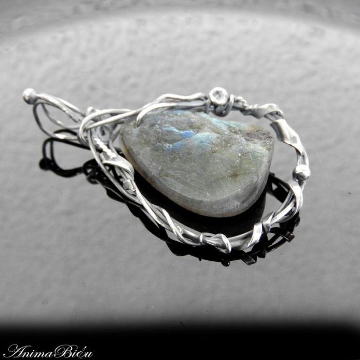 Wisiorek srebrny z surowym labradorytem