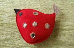 Czerwony ptak w kropy