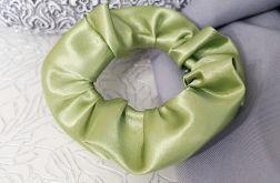 Zielona gumka scrunchie atłasowa