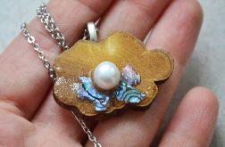 Drewniany wisiorek fioletowy z perłą