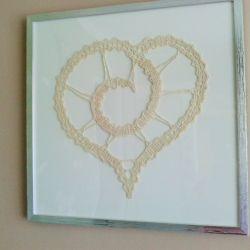 Obraz z sercem szydełkowym