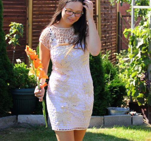 Beżowa siateczka-elegancka sukienka