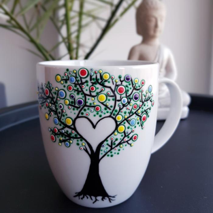 Ręcznie zdobiony kubek z motywem drzewa