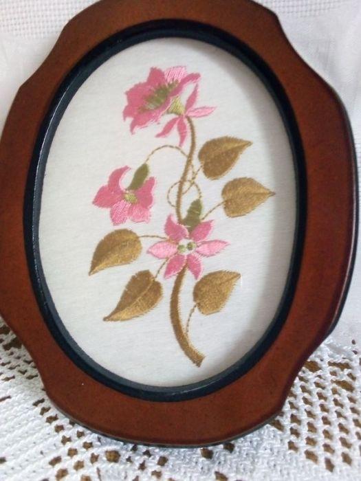 Haftowany obrazek- różowe kwiatki  - zbliżenie na wzór