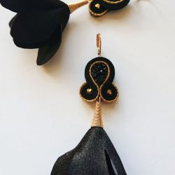 Czarno-złote kolczyki z ozdobnymi kwiatkami